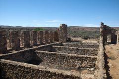Vista das penas derramadas de corte abandonadas transversalmente aos montes áridos Imagens de Stock