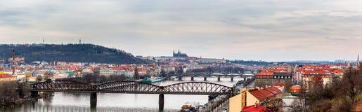 Vista das pontes as mais importantes em Praga: Ponte de Charles, Pa Foto de Stock Royalty Free