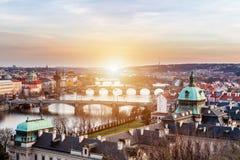 Vista das pontes as mais importantes em Praga: Ponte de Charles, Pa Foto de Stock