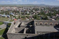 Vista das ruínas do castelo de Kars que negligencia a cidade moderna de Kars, no leste distante de Turquia foto de stock royalty free