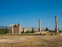 Vista das ru?nas e da colunata antigas de Zeus Olympic Temple em Atenas, Gr?cia fotografia de stock