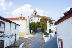 Vista das ruas de Constância, Ribatejo, Portugal, movendo-se até de Principal Igreja Imagens de Stock Royalty Free