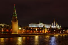 Vista das torres do Kremlin de Moscou e do palácio grande do Kremlin com as catedrais na noite com iluminação imagem de stock