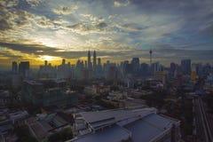 Vista das torres gêmeas de Petronas na noite o 23 de janeiro de 2012 em Kuala Lumpur, Malásia Imagens de Stock Royalty Free