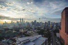 Vista das torres gêmeas de Petronas na noite o 23 de janeiro de 2012 em Kuala Lumpur, Malásia Foto de Stock Royalty Free