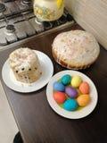 Vista das tortas e dos ovos da p?scoa imagens de stock