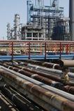 Vista das tubulações petroquímicas da refinaria do petróleo Imagem de Stock