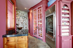 Vista de acessórios cor-de-rosa do armazenamento Fotos de Stock Royalty Free