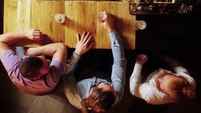 Vista de acima Empresa dos homens que sentam-se na cerveja da barra e da bebida video estoque