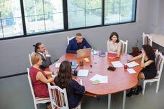 Vista de acima Equipe do escritório na reunião que discute algo imagem de stock