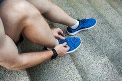 Vista de acima Feche acima dos sneackers azuis fotografia de stock