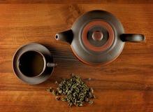 Vista de acima no copo e na chaleira de chá Fotos de Stock Royalty Free