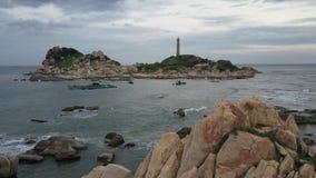 Vista de acima Tiro video aéreo por um zangão de um lighthouset Thiet de Phan, Vietname, KE GA video estoque