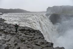 Vista de admiración turística del agua que cae de la cascada más potente de Europa - Dettifoss fotos de archivo