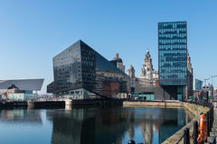 Vista de Albert Dock y de tres tolerancias que construyen en Liverpool Fotos de archivo libres de regalías