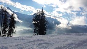 Vista de Alpes del piste del esquí Fotos de archivo libres de regalías