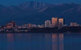 Vista de Anchorage céntrica Alaska en la oscuridad Imágenes de archivo libres de regalías