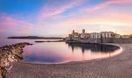 Vista de Antibes no por do sol do plage, Riviera francês, França foto de stock royalty free