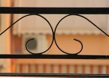 Vista de apartamentos vecinos a través de las verjas del balcón fotografía de archivo