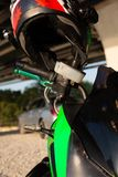 Vista de apertos de guiador do close up da motocicleta fotos de stock