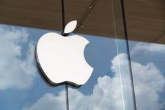 Vista de Apple Logo From Apple Store em ICONSIAM, o shopping novo em Banguecoque Tailândia sobre imagem de stock