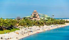 Vista de Aquaventure Waterpark na ilha de Jumeira da palma imagem de stock royalty free