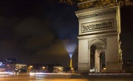 Vista de Arc de Triomphe na noite Fotos de Stock