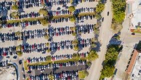 Vista de arriba aérea del estacionamiento grande y apretado del coche imagen de archivo libre de regalías