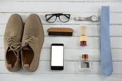 Vista de arriba de accesorios personales en la tabla blanca Imagen de archivo libre de regalías