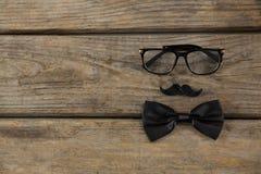 Vista de arriba de la corbata de lazo con el bigote y las lentes Foto de archivo