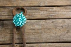 Vista de arriba de la herramienta de mano con la cinta en la tabla Fotografía de archivo libre de regalías