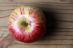 Vista de arriba de la manzana roja en la madera Fotografía de archivo libre de regalías
