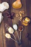 Vista de arriba de la melcocha del chocolate con los ingredientes y el kitc Imagenes de archivo