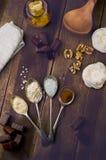 Vista de arriba de la melcocha del chocolate con los ingredientes y el kitc Fotos de archivo