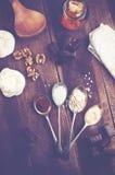 Vista de arriba de la melcocha del chocolate con los ingredientes y el kitc Imagen de archivo