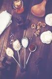 Vista de arriba de la melcocha del chocolate con los ingredientes y el kitc Imágenes de archivo libres de regalías