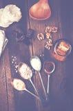 Vista de arriba de la melcocha del chocolate con los ingredientes y el kitc Fotografía de archivo libre de regalías