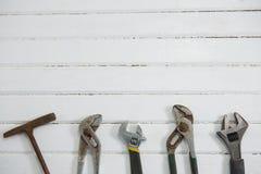 Vista de arriba de las herramientas de la carpintería en la tabla Fotografía de archivo