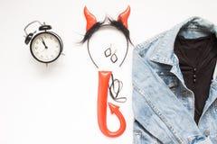 Vista de arriba de los accesorios de Halloween para el partido con el despertador, la moda y el partido Imagen de archivo