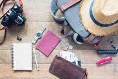Vista de arriba de los accesorios del ` s del hombre, artículos del viajero en fondo de madera Fotografía de archivo libre de regalías