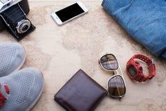 Vista de arriba de los accesorios del ` s del viajero Foto de archivo