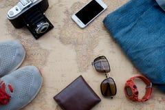 Vista de arriba de los accesorios del ` s del viajero Imagen de archivo