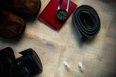 Vista de arriba de los accesorios del ` s del viajero, artículos esenciales de las vacaciones, fondo del concepto del viaje con e Imagen de archivo libre de regalías
