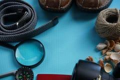 Vista de arriba de los accesorios del ` s del viajero, artículos esenciales de las vacaciones, fondo del concepto del viaje con e Imagen de archivo