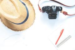 Vista de arriba de los accesorios del ` s del viajero, concepto del viaje en el fondo blanco Foto de archivo libre de regalías