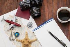 Vista de arriba de los accesorios del ` s del viajero, fondo del concepto del viaje Fotografía de archivo