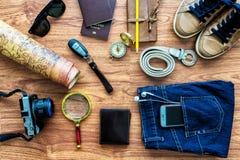Vista de arriba de los accesorios del viajero, artículos esenciales de las vacaciones, Imágenes de archivo libres de regalías