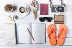 Vista de arriba de los accesorios y de los artículos, concep del ` s del viajero del viaje Imágenes de archivo libres de regalías