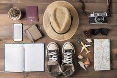 Vista de arriba de los accesorios y de los artículos, concep del ` s del viajero del viaje Fotografía de archivo