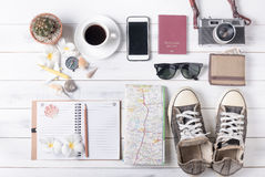 Vista de arriba de los accesorios y de los artículos, concep del ` s del viajero del viaje Imagen de archivo